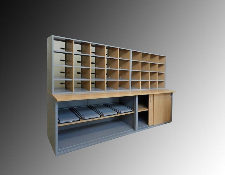 Trieur courrier en pan de mur vue de l'intérieur en partie basse rangement des caisses courrier