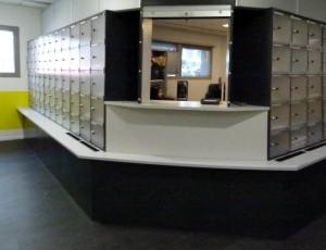 Trieur c+ angle avec rideau tri courrier sur deux pans de murs de la salle